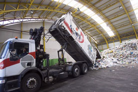 Foto de un camión recolector durante una descarga en la planta