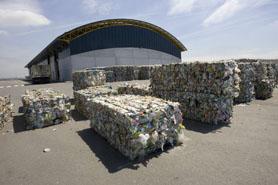 Fotos de balas de materiales clasificados, almacenados en el exterior de la planta hasta su envío a recicladores finales