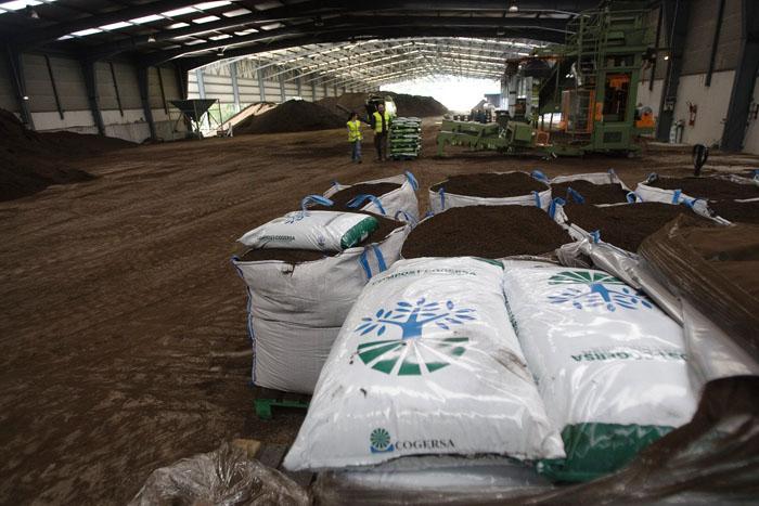 Imagen de las pilas y sacos de compost de COGERSA