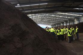 Imagen de una visita a la planta de compostaje