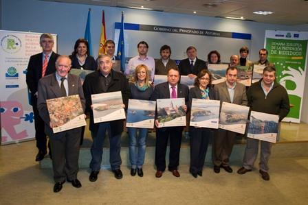 Foto de familia del acto de entrega de placas a los ayuntamientos inscritos en la campaña de reciclaje de papel en edificios municipales