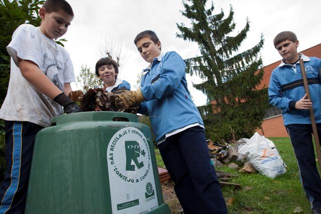 Foto de compostaje en un centro educativo
