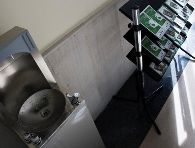 Foto de una fuente de agua en la universidad de Oviedo