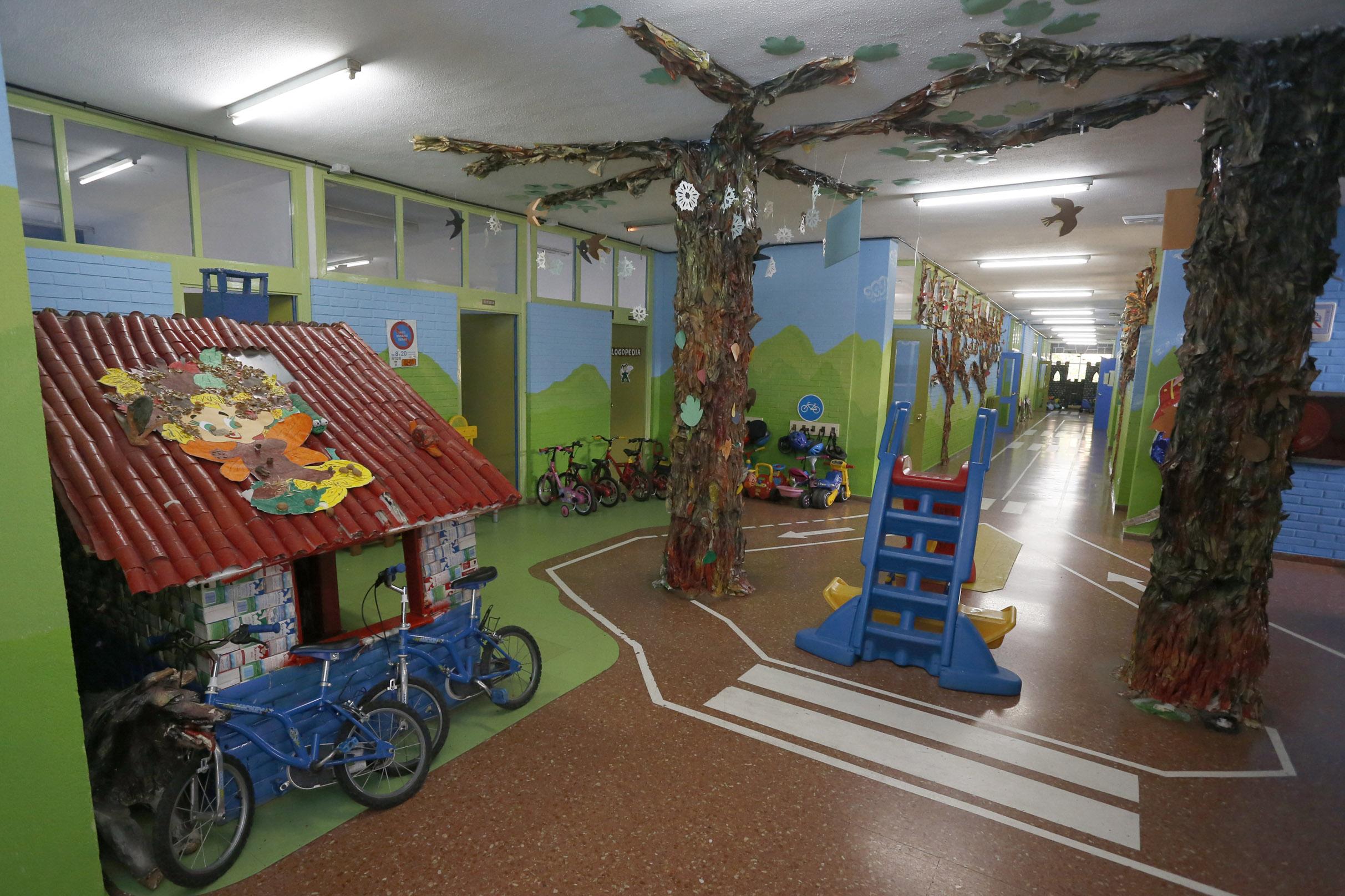 Imagen de un mercadillo en un centro educativo de Gijón