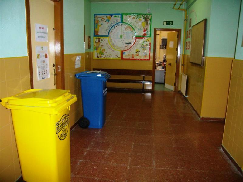 Imagen de unos contenedores para recogida separada en un centro escolar