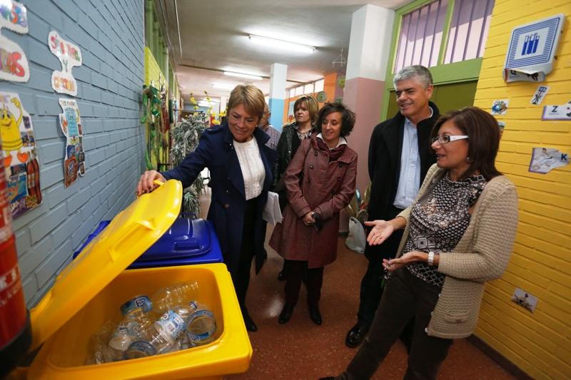Imagen de contenedores para recogida separada en un centro escolar