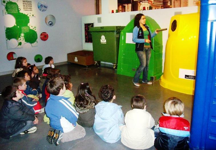 Imagen de alumnos visitando COGERSA