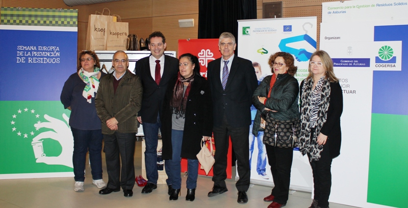 Foto de grupo de la entrega de la ropa recogida por COGERSA y Ayuntamientos para Cáritas Asturias