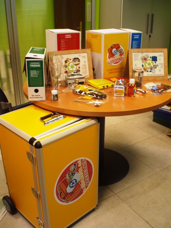 Foto de la maleta del reciclaje y su contenido