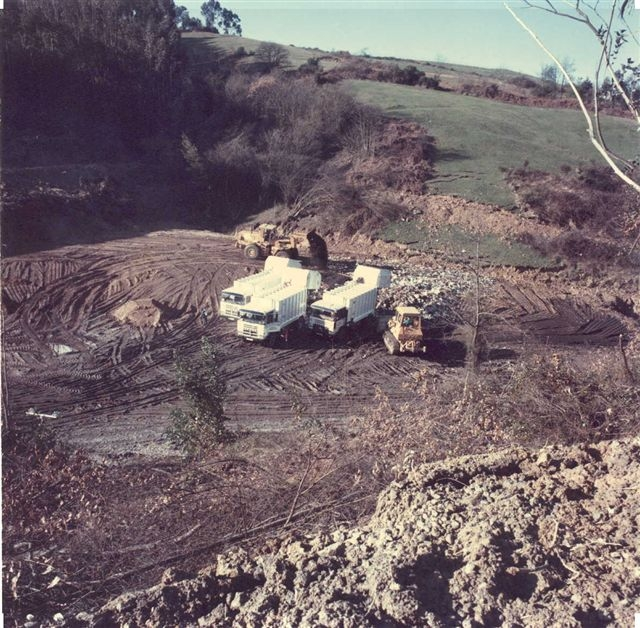 Camiones descargando en el primer vaso de vertido, 1986
