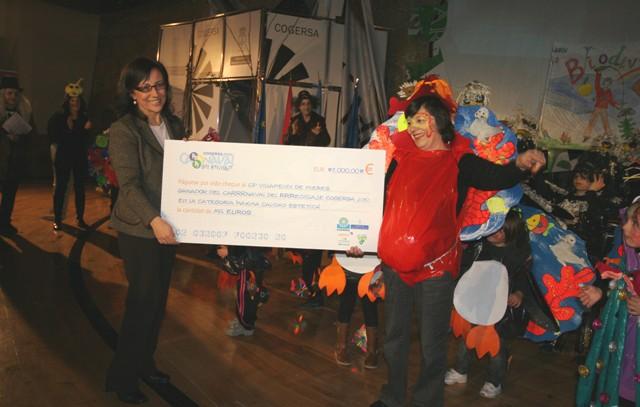 """Belén Fernández entregando el premio al Colegio """"Villapendi"""" de Mieres"""