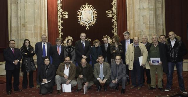 foto de familia del acto de presentación del libro del vigésimoquinto aniversario de COGERSA