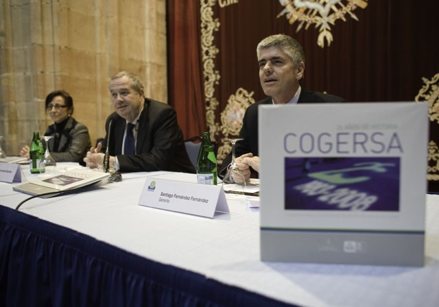 el presidente de COGERSA presenta el libro de COGERSA acompañado de la Vicepresidenta y el Gerente